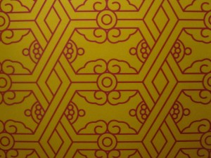 Mustard coloured, oriental wallpaper - plays tricks on one's eyes